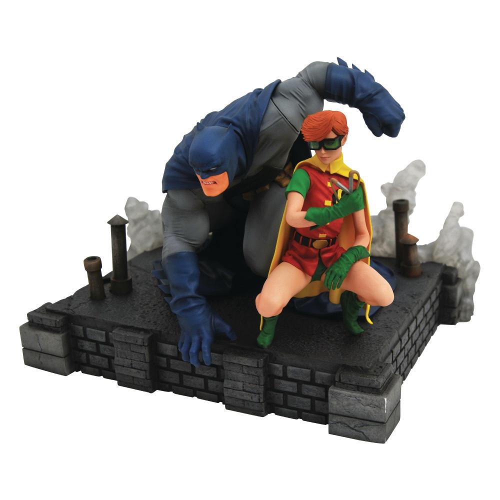 Figurina DC Gallery Dark Knight Returns Batman & Carrie Deluxe